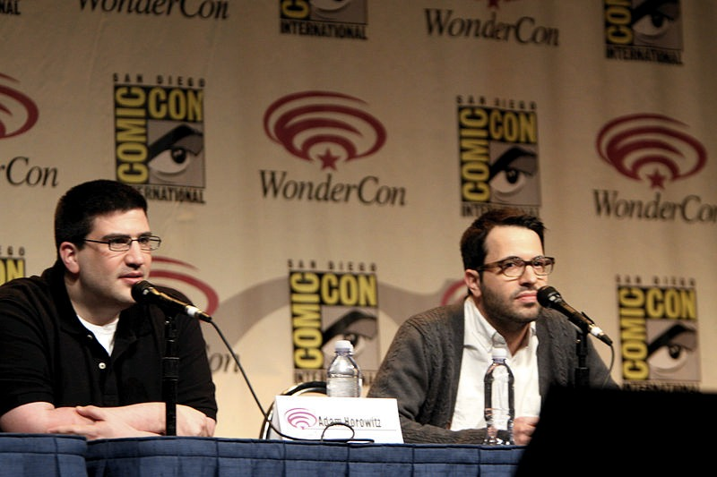 Adam Horowitz (a sinistra) ed Edward Kitsis (a destra) nel 2012 (foto di Gage Skidmore via Flickr)