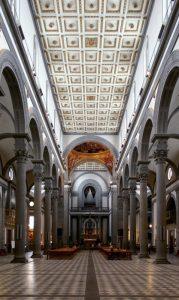 L'interno di San Lorenzo a Firenze, progettato dal Brunelleschi (foto di Stefan Bauer via Wikimedia Commons)