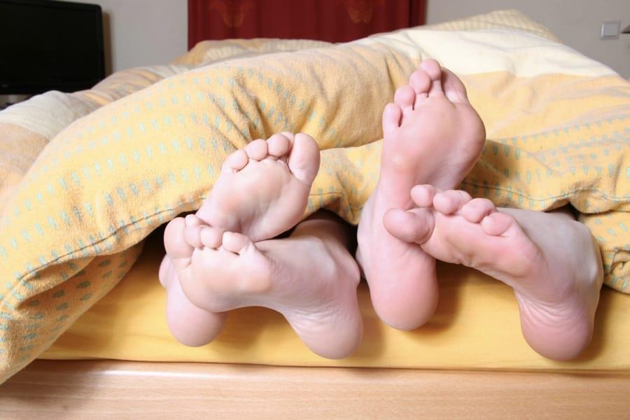 La complicità a letto, con anche i piedi