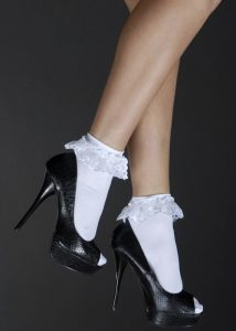 Scarpe nere e calzini bianchi