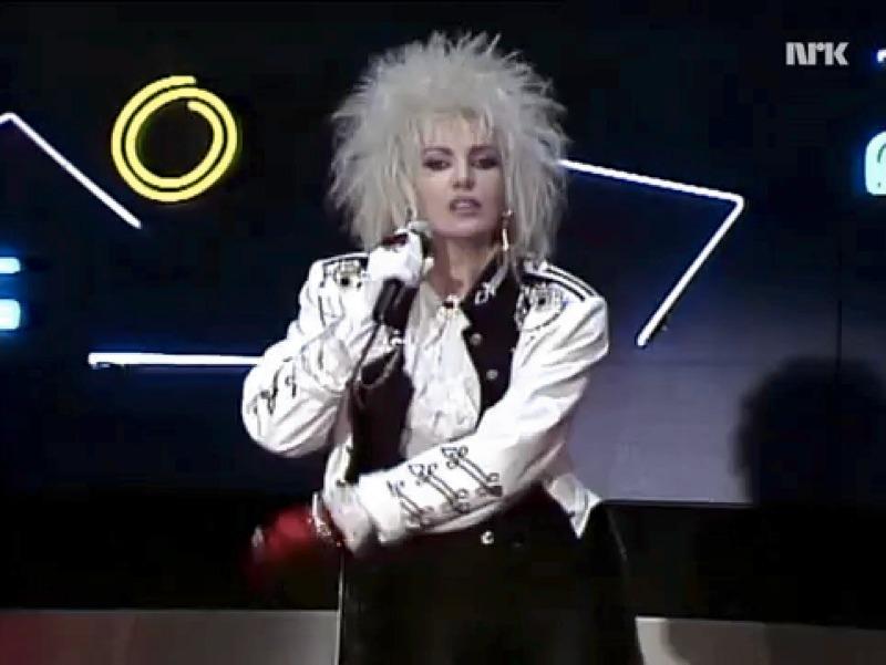 Ivana Spagna durante un'esibizione negli anni '80