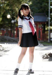 Una ragazza nella tipica uniforme scolastica giapponese (foto di タカちゃん via Wikimedia Commons)