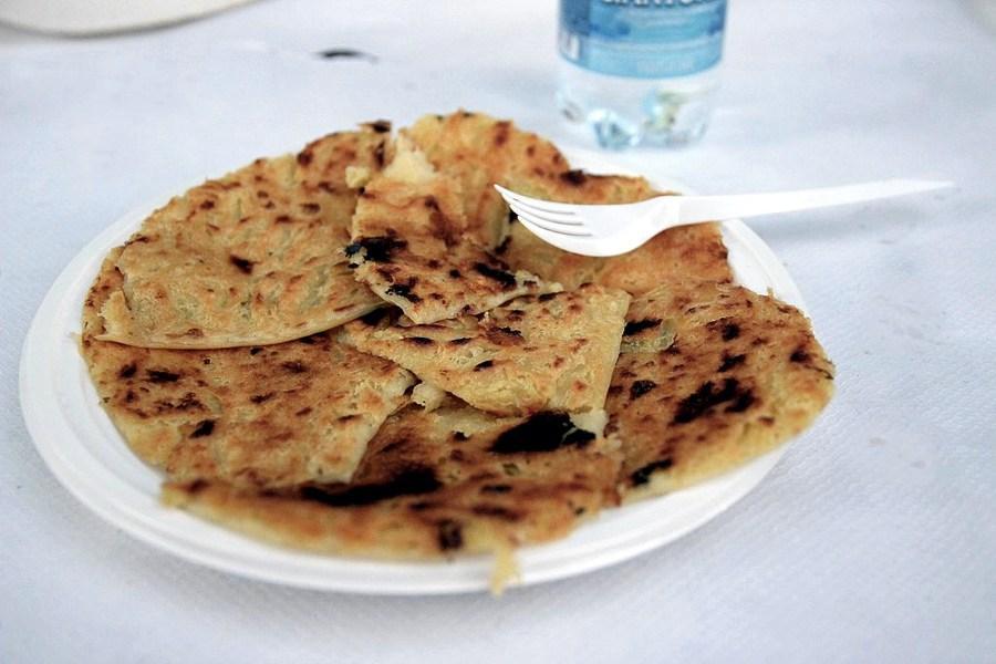 Un piatto di farinata di ceci (foto di Alessio Sbarbaro via Wikimedia Commons)