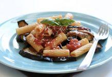 Un piatto di pasta alla norma, uno dei più famosi piatti tipici siciliani (foto di Paoletta S. via Flickr)