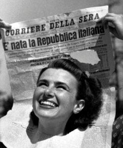 La celebre foto in cui una ragazza festeggia la vittoria repubblicana al referendum istituzionale del 1946