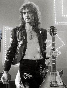 Jimmy Page dei Led Zeppelin con la sua chitarra