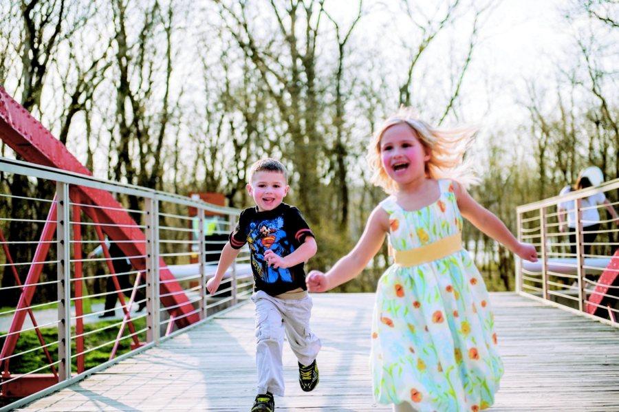 Bambini che corrono per Strega comanda colore