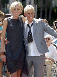 Ellen DeGeneres, a destra, con la compagna Portia de Rossi (foto di Angela George via Wikimedia Commons)