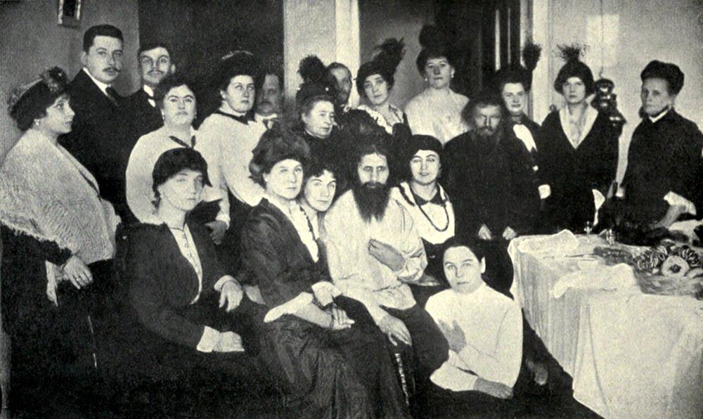 Rasputin attorniato da dame dell'alta società