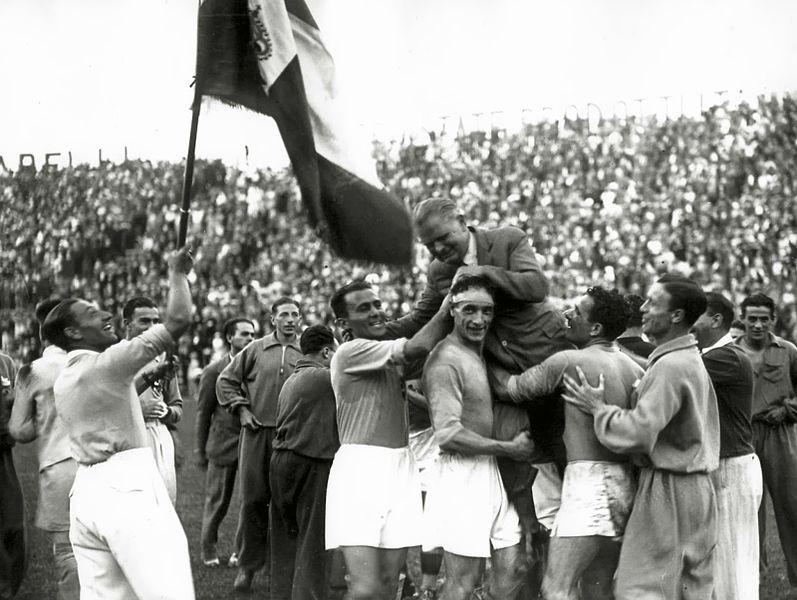 Vittorio Pozzo portato in trionfo dai suoi giocatori dopo la vittoria del Mondiale 1934