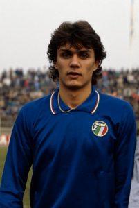 Un giovanissimo Paolo Maldini con la maglia della Nazionale Under-21