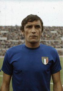 Gigi Riva con la maglia della Nazionale