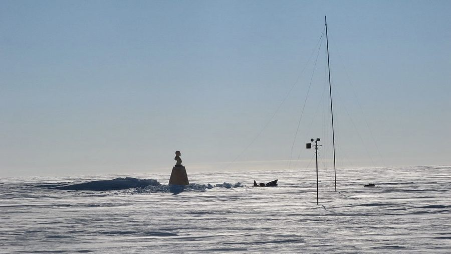 Il Polo Sud dell'inaccessibilità col busto di Lenin installato negli anni '50 (foto di Henry Cookson via Wikimedia Commons)