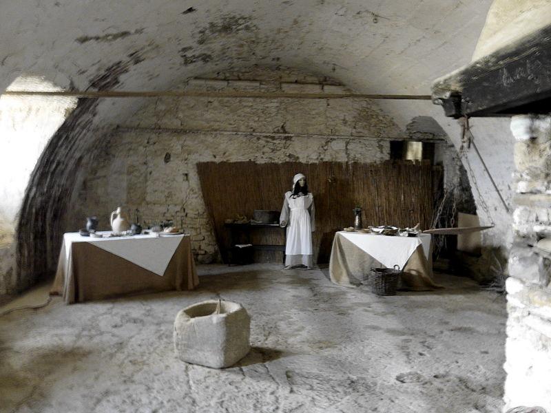 Le cucine nel Castello di Bardi (foto di Davide Papalini via Wikimedia Commons)