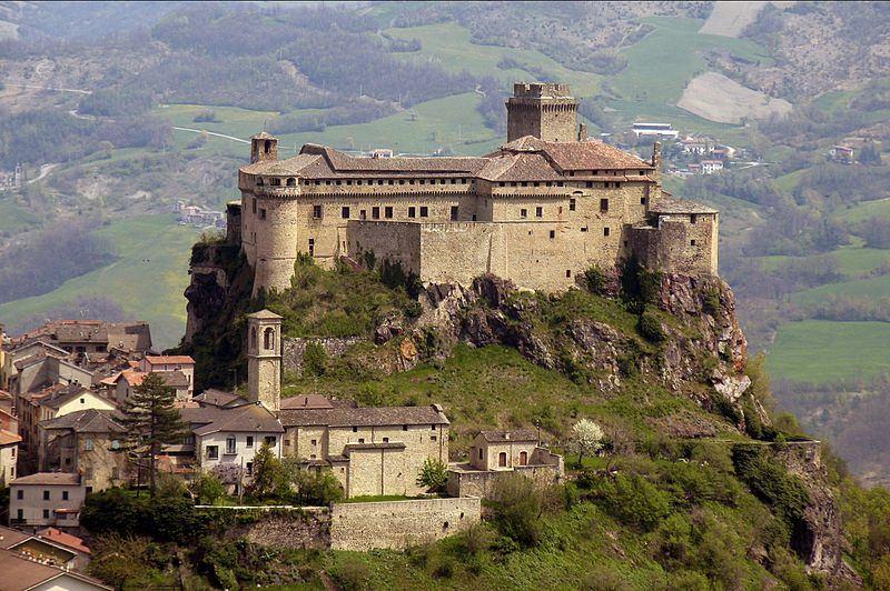 Il Castello di Bardi (foto di Filippo Aneli via Wikimedia Commons)