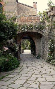 L'ingresso al Castello di Gropparello (foto di Caba2011 via Wikimedia Commons)