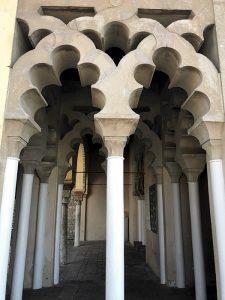 Uno scorcio delle colonne e degli archi dell'Alcazaba di Malaga (foto di Mohatatou via Wikimedia Commons)