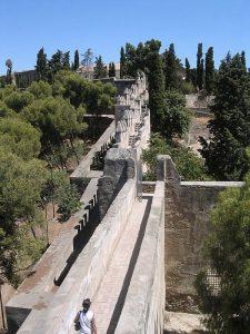 Le mura del Castello di Gibralfaro a Malaga (foto di Fabio Alessandro Locati via Wikimedia Commons)