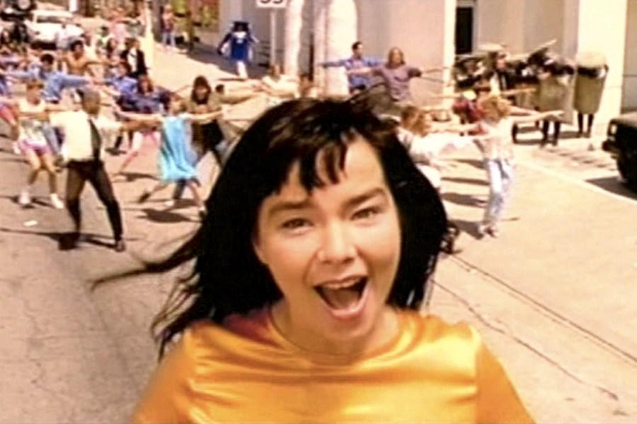 Un'immagine dal video di It's Oh So Quiet, celebre canzone di Björk che in realtà è una cover