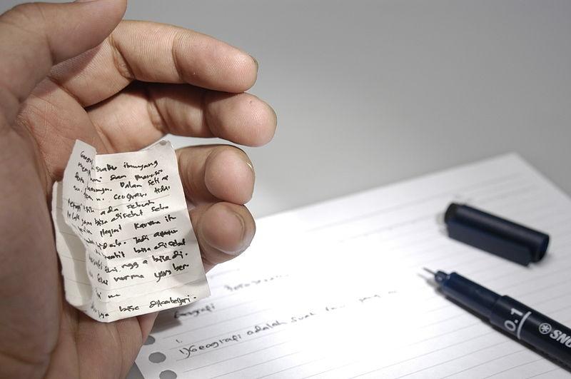 Copiare i compiti (foto di Hariadhi via Wikimedia Commons)