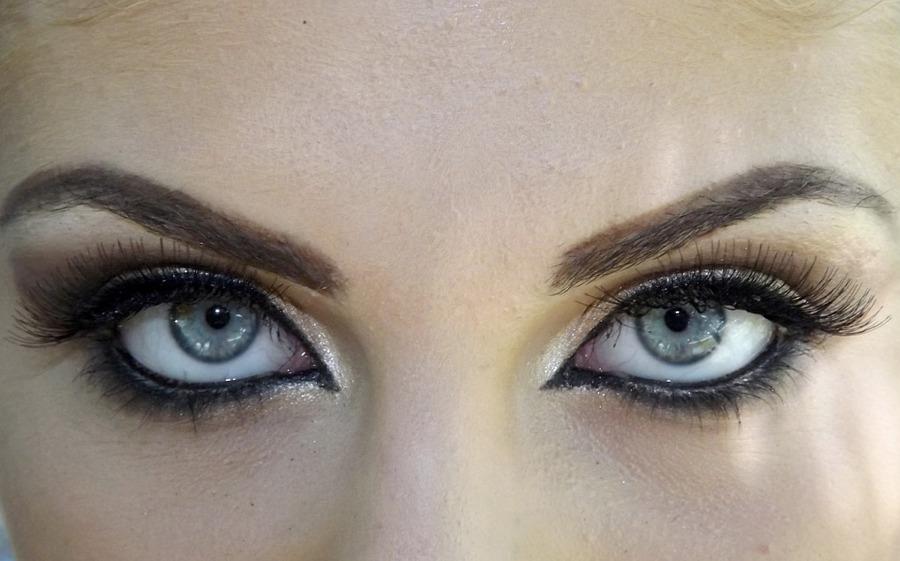 Occhi truccati con effetto Cat Eyes