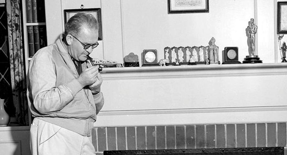 John Ford negli anni '40 assieme a quello che allora era il suo unico Oscar (poi ne sarebbero arrivati altri 3)