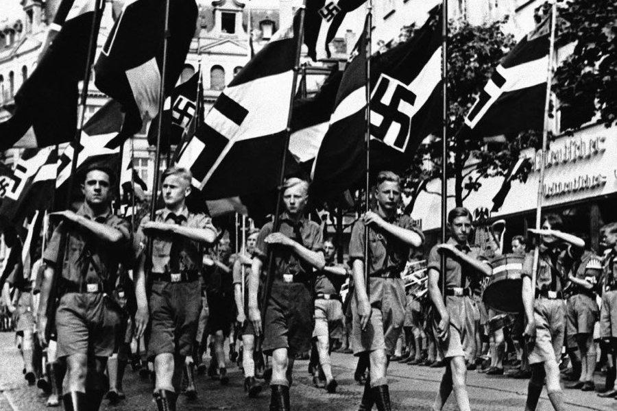 Giovani nazisti in marcia