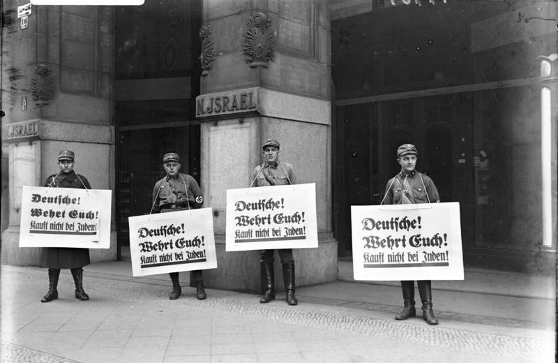 Esponenti delle SA mentre invitano i tedeschi a boicottare i negozi ebrei nel 1933 (foto dagli Archivi Generali Tedeschi)