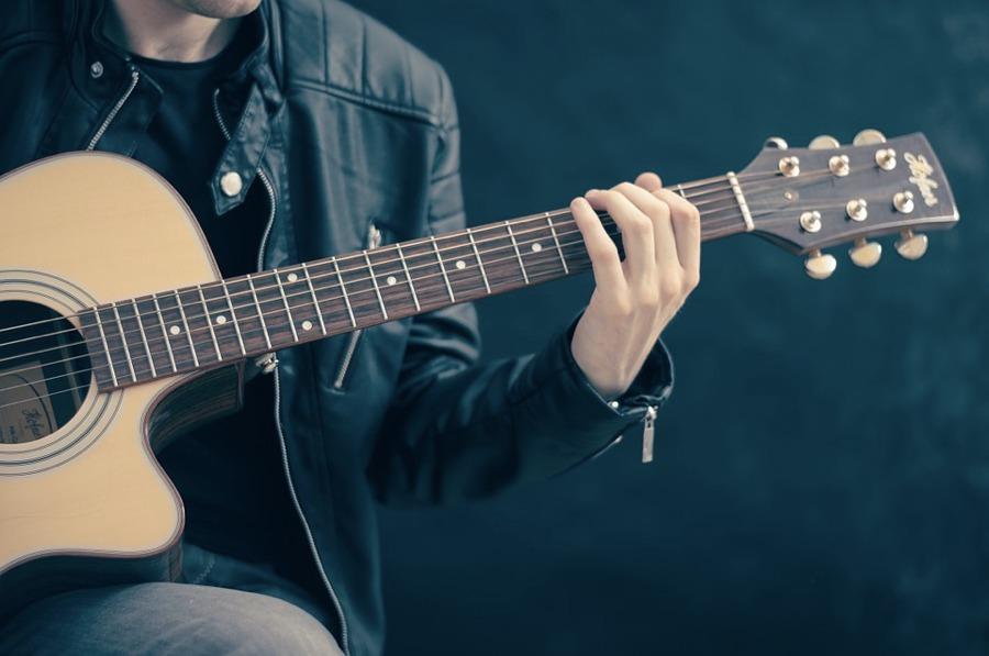 Come scrivere una canzone, chitarra (o altro) alla mano