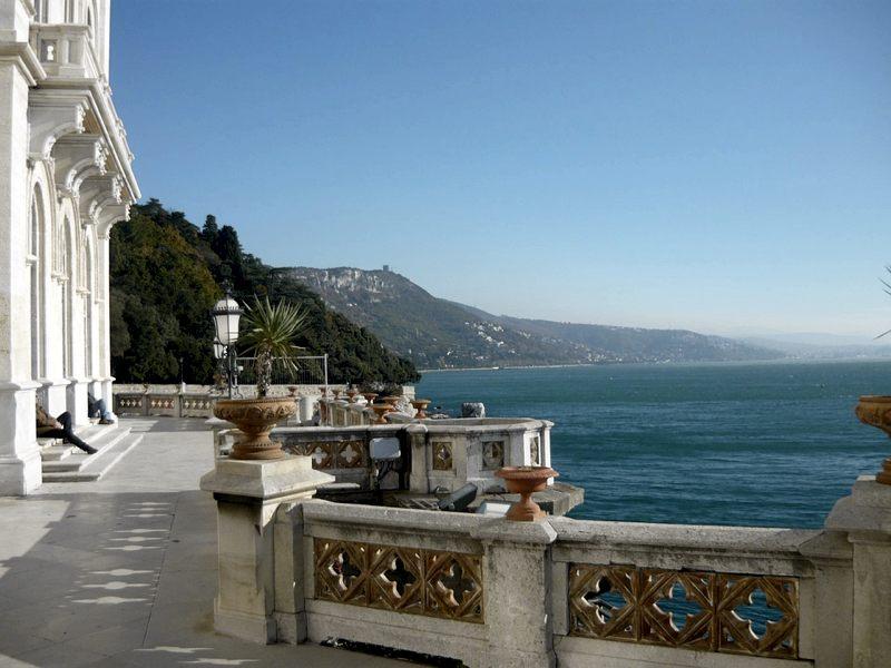 Cosa vedere a Trieste? La vista dal Castello di Miramare, ad esempio