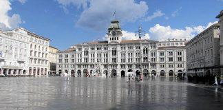 Piazza Unità d'Italia a Trieste (foto di Joergsam via Wikimedia Commons)