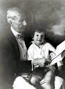 Un piccolo David sulle gambe del nonno, John D. Rockefeller