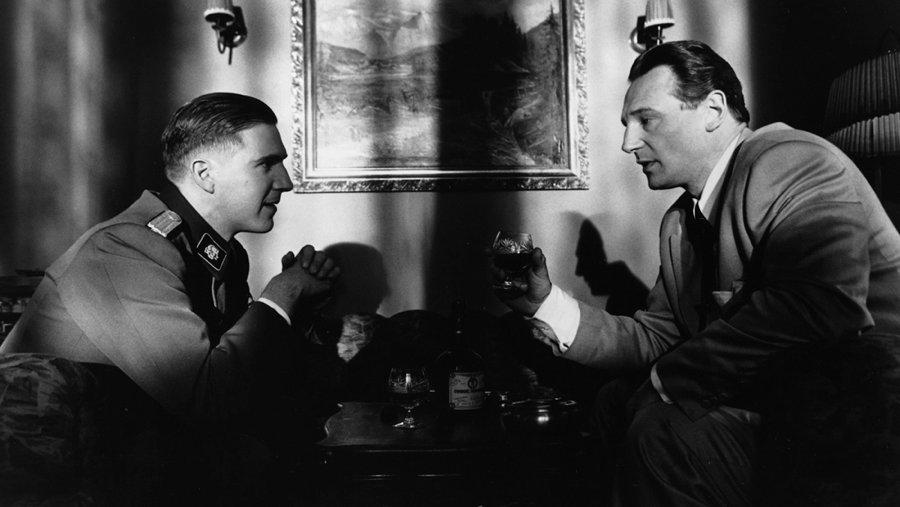 Ralph Fiennes e Liam Neeson in una scena di Schindler's List