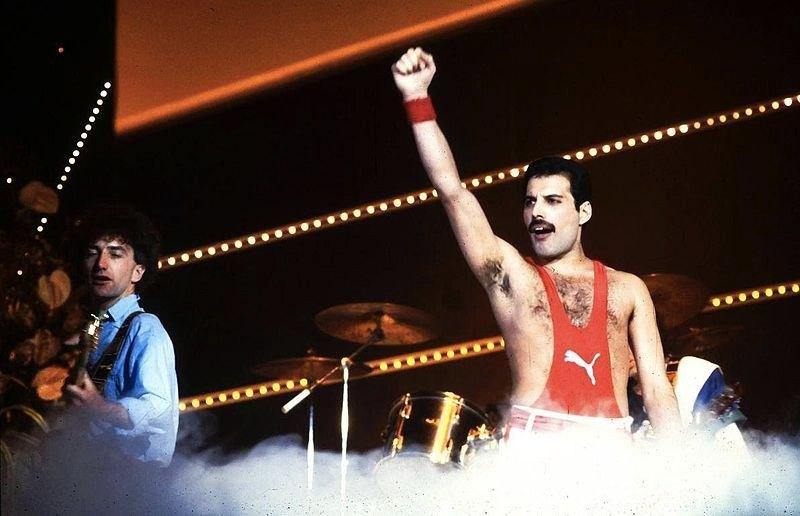 Freddie Mercury e i Queen, uno dei gruppi rock anni '80 più amati, al Festival di Sanremo nel 1984