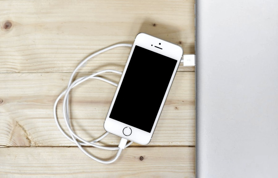 Un iPhone collegato tramite cavo USB a un computer