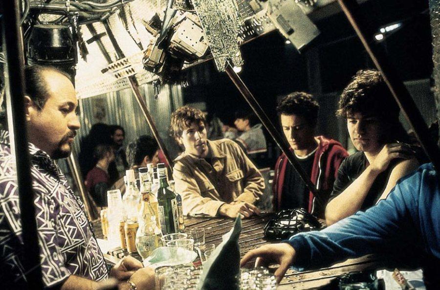 Una scena di Jack Frusciante è uscito dal gruppo, con al centro un giovane Stefano Accorsi