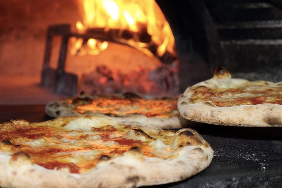 Pizze in un forno a legna