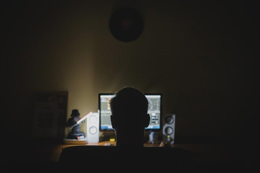 Al computer di notte
