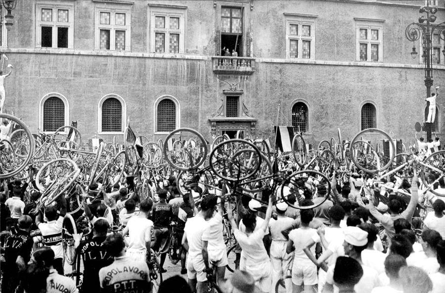 Un gruppo di ciclisti del Dopolavoro in Piazza Venezia a Roma, davanti al palazzo del Duce
