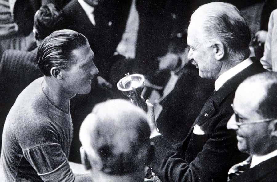 Giuseppe Meazza riceve la Coppa Rimet nel 1938