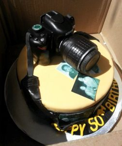 Una torta a forma di fotocamera (foto di Frosted with Emotion via Flickr)