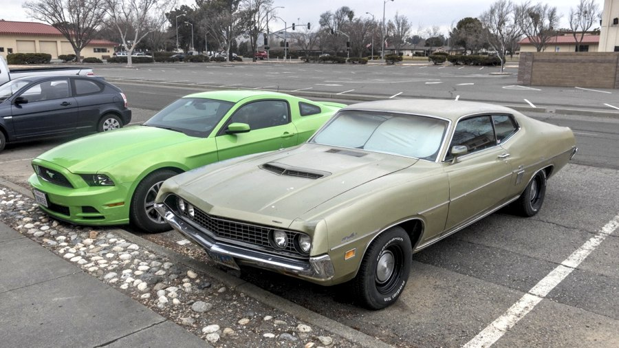 Una Ford Torino di fianco a una Mustang recente