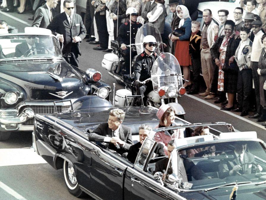 La Lincoln Continental su cui viaggiava il presidente Kennedy a Dallas il giorno in cui fu ucciso