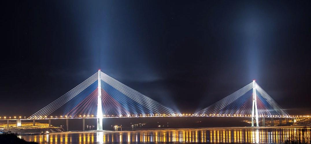 Il Ponte dell'isola Russkij (foto di Баяков Алексей Александрович via Wikimedia Commons)