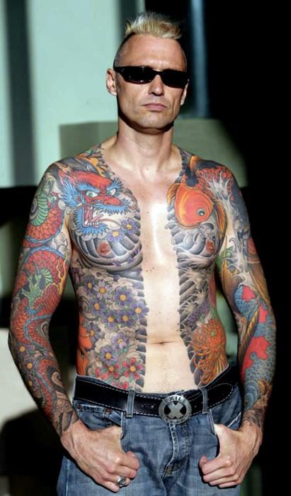Un petto pieno di tatuaggi con però, sulla destra, ben riconoscibile una carpa koi (foto di Tattooenthusiast via Wikimedia Commons)