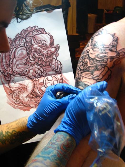 Il tatuaggio del leone in lavorazione (foto di Jason Lander via Flickr)