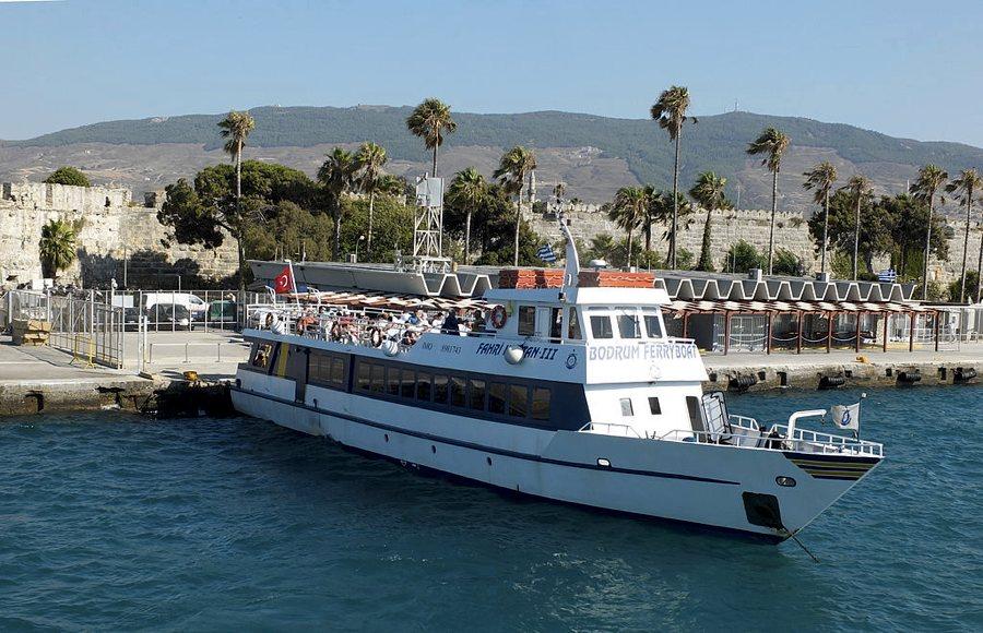 Un traghetto che fa la spola tra Kos e la Turchia (foto di Ad Meskens via Wikimedia Commons)