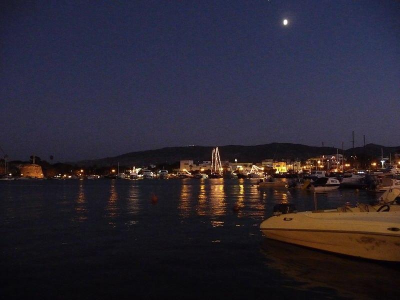 Il porto di Kos di notte (foto di JD554 via Wikimedia Commons)