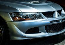 Il muso della Mitsubishi Evo 8, una delle macchine giapponesi più famose