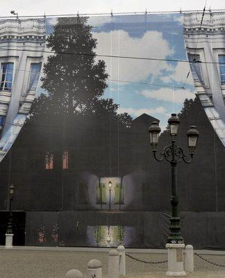 Un'installazione per il Museo Magritte a Bruxelles (foto di Warburg via Wikimedia Commons)